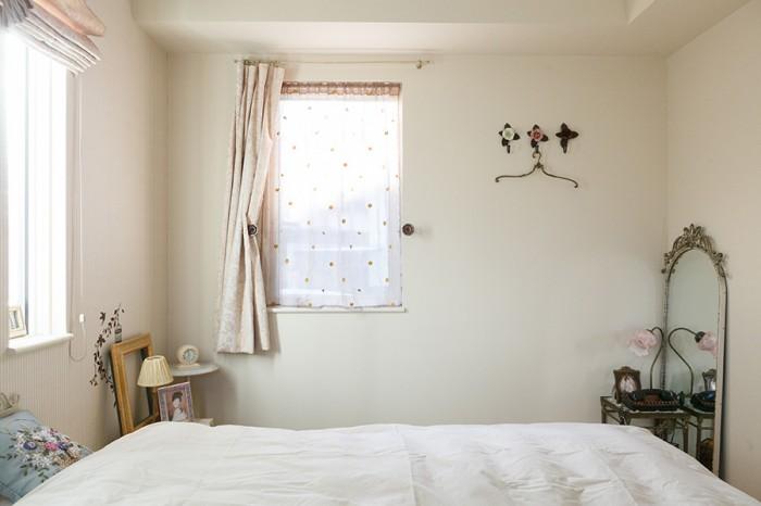 寝室のカーテンは、輸入物のレース生地を購入し手作り。花を象ったホルダーにも博子さんのこだわりが。