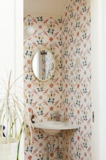2階トイレの手洗いコーナー。輸入壁紙をあしらい、楽しい雰囲気に。