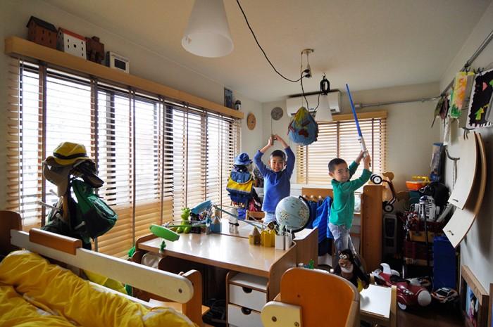 夫が子供の頃使っていた部屋を改装して子供部屋に。ナチュラルな木をベースに、子供らしい色彩がプラスされている。