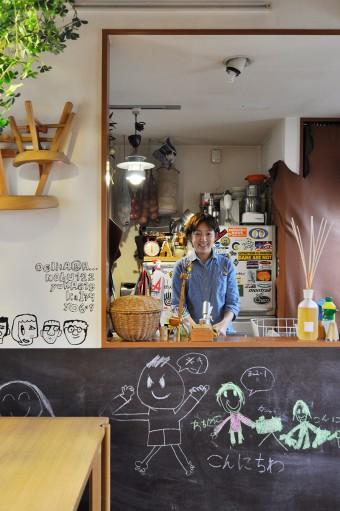 キッチンにいながら家族との会話も弾む。冷蔵庫のステッカーは、お気に入りのアウトドアブランドのもの。