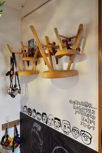 たくさん買い集めた椅子を壁掛けに。流行りのウォールステッカー、チスパムを使って飾り付け。