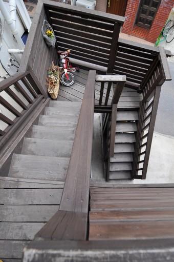 2階の玄関にあがる階段。木を使ってナチュラルに。
