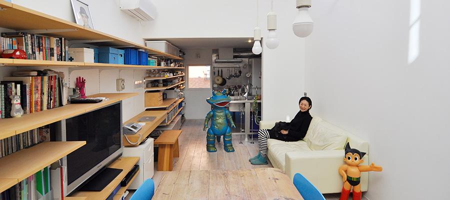 数千のフィギュアたちと暮らす家  明るい部屋で 自然に、気持ちは前向きに。