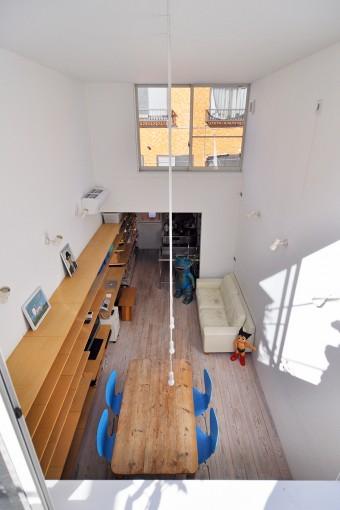 左の長い棚により、棚と棚上に置かれたものに視線が行き、空間の細長さと壁に挟まれている感じが気にならない。
