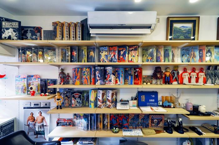 店舗の壁に設置された長い棚には、フィギュアがずらりと並ぶ。フィギュアの収められていた箱にはマグマ大使、鉄腕アトムなど懐かしい名前が並ぶ。