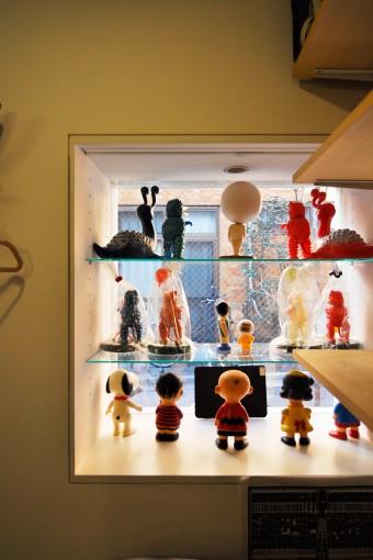 店舗の出窓部分を中から見る。いちばん上の棚の真ん中は、『ゲゲゲの鬼太郎』の目玉おやじ。