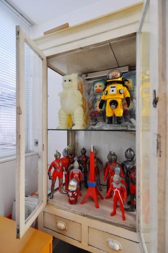 2階寝室の収納には、ウルトラシリーズのフィギュアなどが収められている。