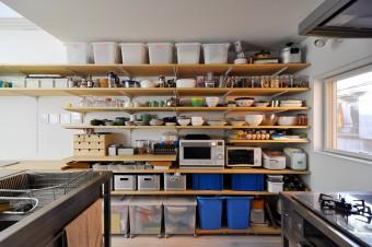 """ものを""""見せる""""棚のため、食器類もこの通り、きれいに並べられている。"""