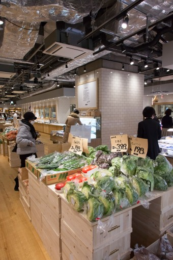 手書きのポップが映える、野菜売り場。全国から集められ吟味された精鋭たちだ。