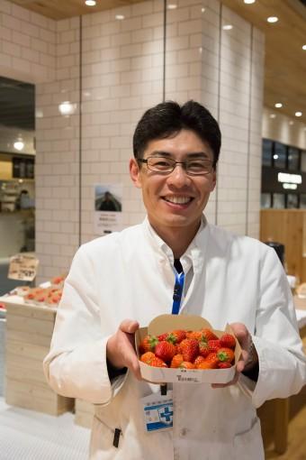 今日はいちごがおすすめ! と野菜売り場担当の安永智哉さん。甘くて芳醇な香りが鼻をくすぐる。