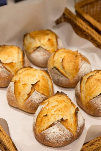パンもホームメイド。天然酵母のパンは人気の一品。お昼時になるとサンドウィッチやお弁当、スイーツを買い求める人でにぎやかな雰囲気に。