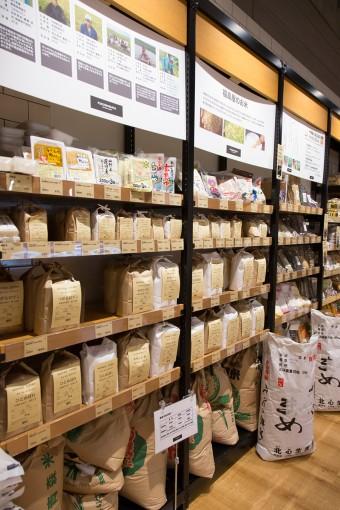 お米の1kg袋は全国の米の食べ比べの需要があると思って置き始めたが、この量で十分という単身向けのニーズや、「家族は白米だけど、自分だけ玄米が食べたい」という購入動機があったことは、六本木店ならではで意外だったそう。