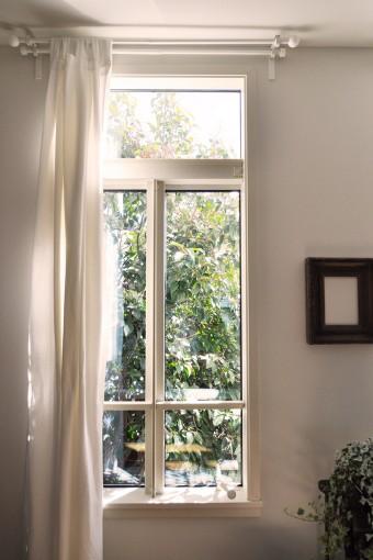 窓の脇の壁にカラの額縁。中に何も入っていないのが何気におしゃれだ。