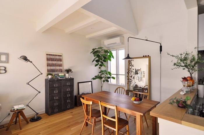 天井をフラットにせず梁の形を見せる仕上げとしたのは建築家からの提案。モダンすぎない、パリらしいテイストを出すのに一役買っている。