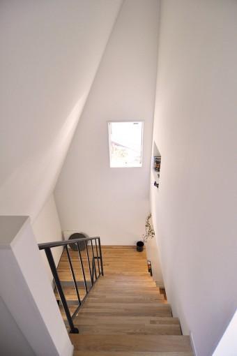 階段室の壁も斜めでパリの屋根裏部屋の空気感。