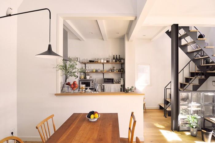 キッチンで料理をしているのが楽しくて気に入っているという奈美さん。キッチンからは部屋全体を見渡せるので、料理をしながら「いい家だなあ」と感じ入ることもしばしばという。