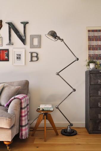 ジェルデというメーカーのアンティークのランプ。インダストリアルな雰囲気だが空間にしっくりとはまっている。