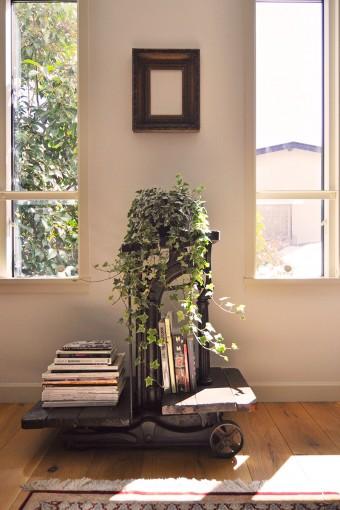窓際にはイギリス製のアンティークの秤。