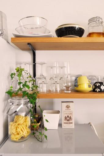 キッチンの棚に置かれた食器類などのセレクションにもセンスとこだわりを感じさせる。
