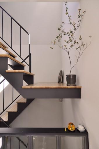 階段の踏板のエッジは斜めにカットされている。ちょっとした操作で印象が変わる。