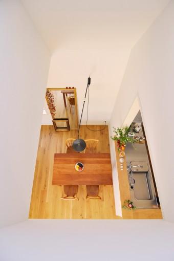 2階のベッドルームからリビングを見下ろす。