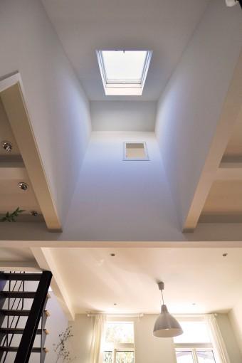 北側の斜線制限などから生まれた斜めの壁にハイサイドライトがパリの屋根裏空間を想わせる。