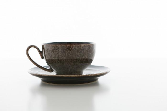ティーカップ 300ml ¥1,890 Denby PRALINE/SEYEI ティーソーサー φ165 H20mm ¥1,785 Denby PRALINE Noir/SEYEI