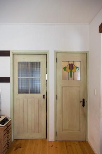 色や形にこだわって選んだドアに、アンティークのステンドグラスをはめ込んでもらった。