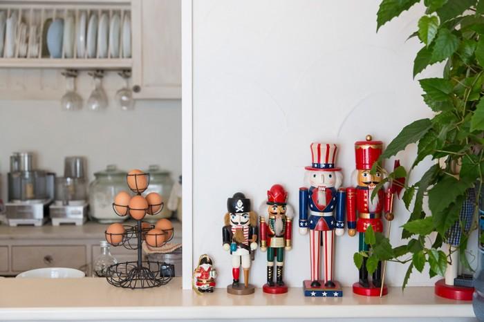 くるみ割り人形、エッグスタンドなどが空きスペースを彩る。