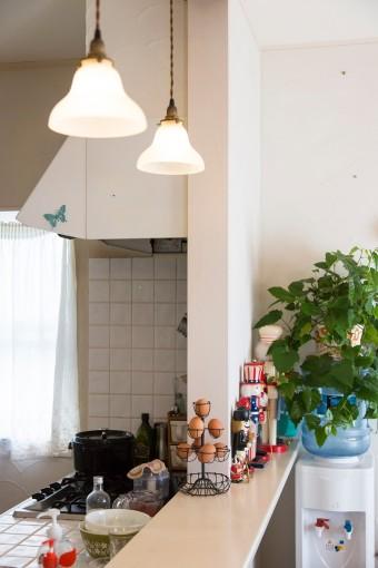オープンキッチンは、大きく開口部を設けて明るい造りに。