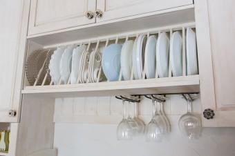 造りつけのキッチンの棚。お皿やワイングラスは、取り出しやすいように考えた。