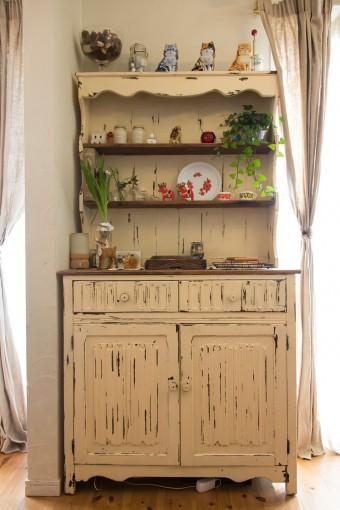 フランスのアンティークの棚が、シャビーな雰囲気を醸し出す。