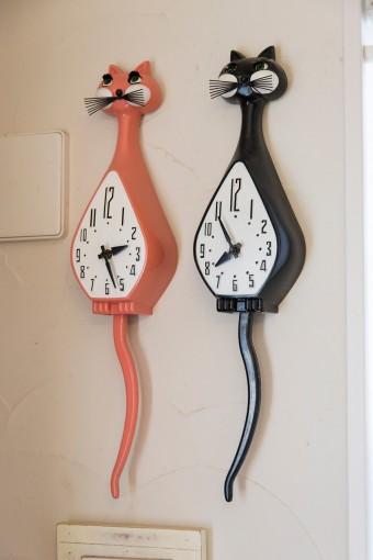 アメリカで入手したアンティークの時計。1台は海外出張の多い夫が過ごす現地の時間を把握するためのもの。