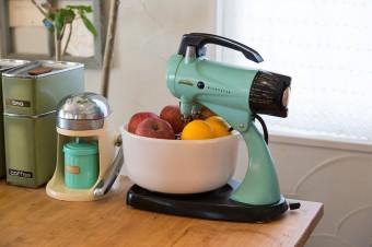 アンティークのオレンジ絞りにシュガーポット。料理教室用のアイランドに設置。