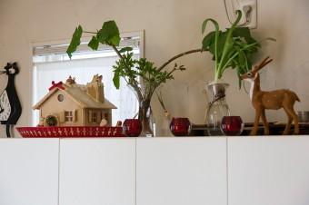 テレビボードの上。お菓子の家などで飾り付け。