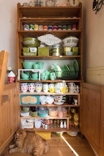 ファイヤーキング、オールドパイレックスの食器コレクション。奥行きの浅い棚が重宝。
