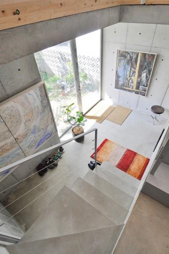"""玄関には、石田さんが若い頃に描いた絵がかかる。左の絵は""""世界の生成""""がテーマ。"""