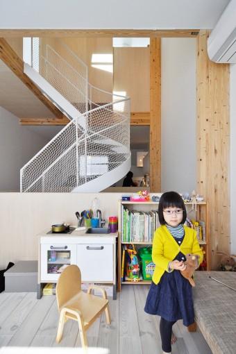 リビングで遊ぶナツノちゃん。奥にキッチンが見える。