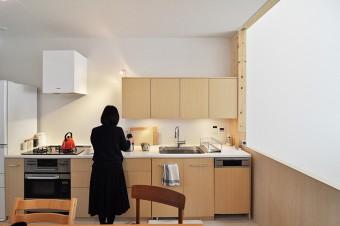 大きな吹き抜けに面したキッチン。