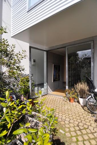 家の前には9cm角のピンコロ石を敷きその間に芝を植えた。