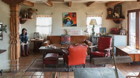 本物で構成された住まいの魅力アンティークの家具が映える、サンタフェスタイルの家