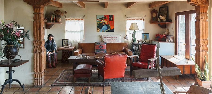 「本物」で構成された住まいの魅力  アンティークの家具が映える、 サンタフェスタイルの家。