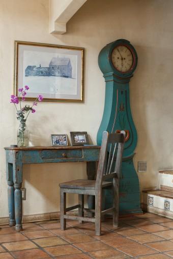 1880年代のイギリス製のテーブルは、アメリカで入手したもの。「縁のペンキのはがれがいい。なんとなくジーンズが色あせて繕ったような雰囲気でしょ」(久美子さん)。ヨーロッパ製のグランドファーザークロックは「色合いと背の高さに惚れてウチに置くことになった」そう。