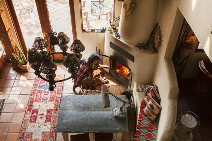 2階からリビングを見下ろす。壁と一体となった暖炉に、勝弘さんが薪をくべる。