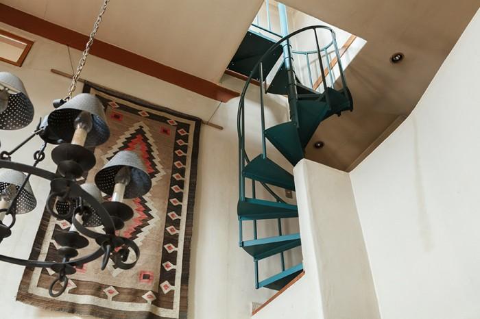 ブルーのらせん階段は既製品。ペンシルバニアから輸入した。