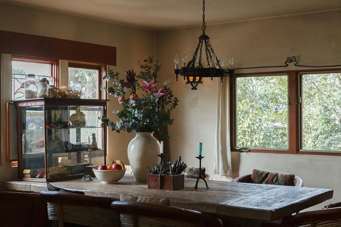 天井が低くなっており、落ち着けるダイニング。このテーブルを置くために、ダイニングの面積を広げた。