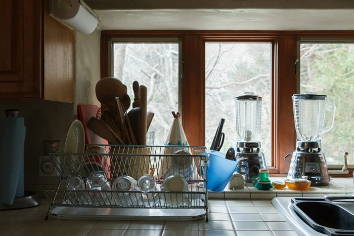 キッチンに立つと、大きな窓から景色が見える。