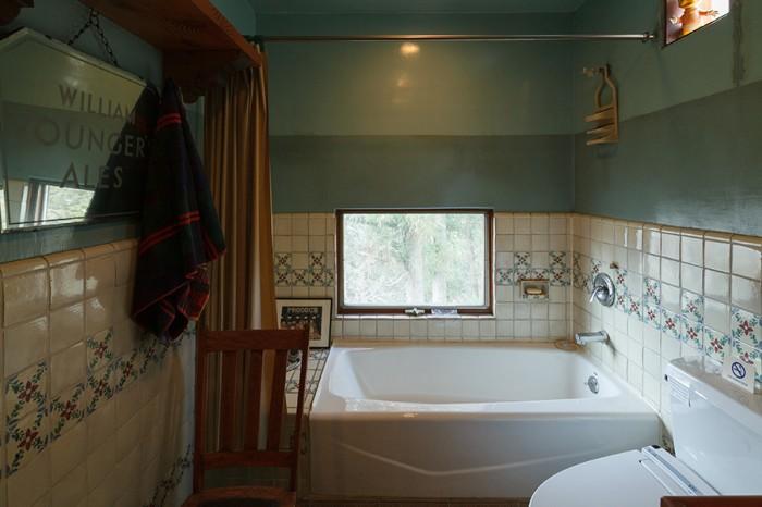 2階のバスルーム。バスタブや水栓、壁のタイルなど細部までアメリカンテイストが貫かれている。
