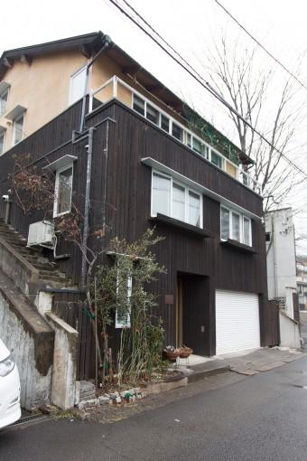 家の両脇には階段が設置され、庭につながる。