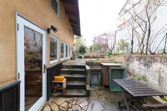 山だったところを造成した、キッチンに面した庭。レンガなどは夫とふたりで敷いた。